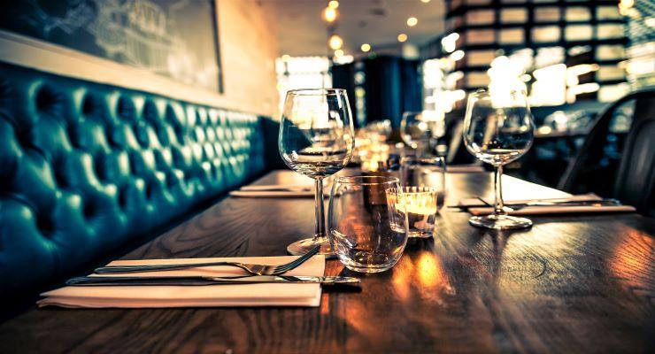 Foto som illustrerer dekket bord i en restaurant uten gjester.