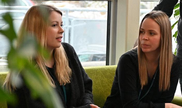 Bilde av to kollegaer i samtale